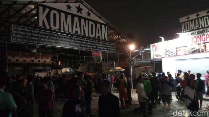 Kafe Komandan di Tebet, Jaksel, diserang seusai nobar laga PSM versus Persija. (Farih Maulana/detikcom)