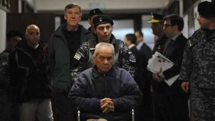 Nicola Corradi (tengah) bersama Horacio Corbacho (kedua dari kiri) dan Armando Gomez (paling kiri) (Andres Larrovere/AFP)