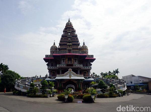 Inilah Gereja Graha Maria Annai Velangkani yang unik di Medan. Bentuknya seperti kuil Hindu, tetapi sebenarnya sebuah gereja. (Wahyu Setyo/detikcom)