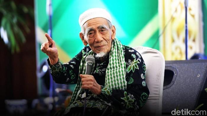 Mendiang Mbah Moen. (Foto: Ilustrasi: Fuad Hasim)