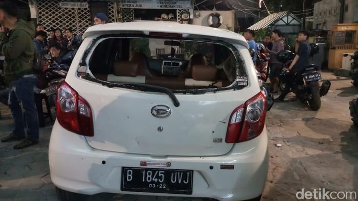 Mobil yang rusak saat penyerangan kafe nobar PSM-Persija/Foto: Farih Maulana/detikcom
