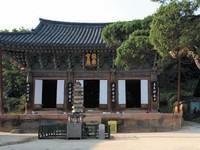Selain dibuka untuk umum, kuil cantik ini juga menyediakan wisata religi yang super tenang. Traveler bisa beristirahat tanpa melakukan apa pun, membaca buku, menenangkan pikiran di kuil ini. (Yeoju.go.kr)
