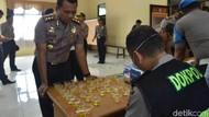 Ratusan Polisi Cirebon dan Majalengka Jalani Tes Urine Narkoba