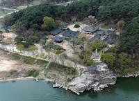 Nama kuil ini adalah Silleuksa. Silleuksa dianggap bersejarah karena dibangun oleh pendeta suci Wonhyo pada masa Raja Jinpyeong saat Dinasti Silla. (Yeoju.go.kr)
