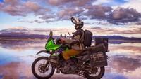 Alih-alih menggunakan satu merek motor yang sama, pria yang berhasil menempuh perjalanan lebih 200.000 km di 50 negara ini justru kerap mengganti motornya di setiap negara yang baru ia singgahi. Kenapa? Foto: instagram Alex Chacon