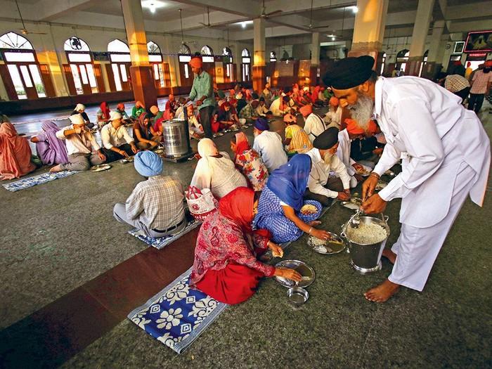 Langar atau dapur yang berada di Sikh Golden Temple, terkenal sebagai tempat yang selalu memberikan ratusan ribu makanan gratis ke semua orang tanpa dipungut biaya sepeser pun. Foto: Istimewa