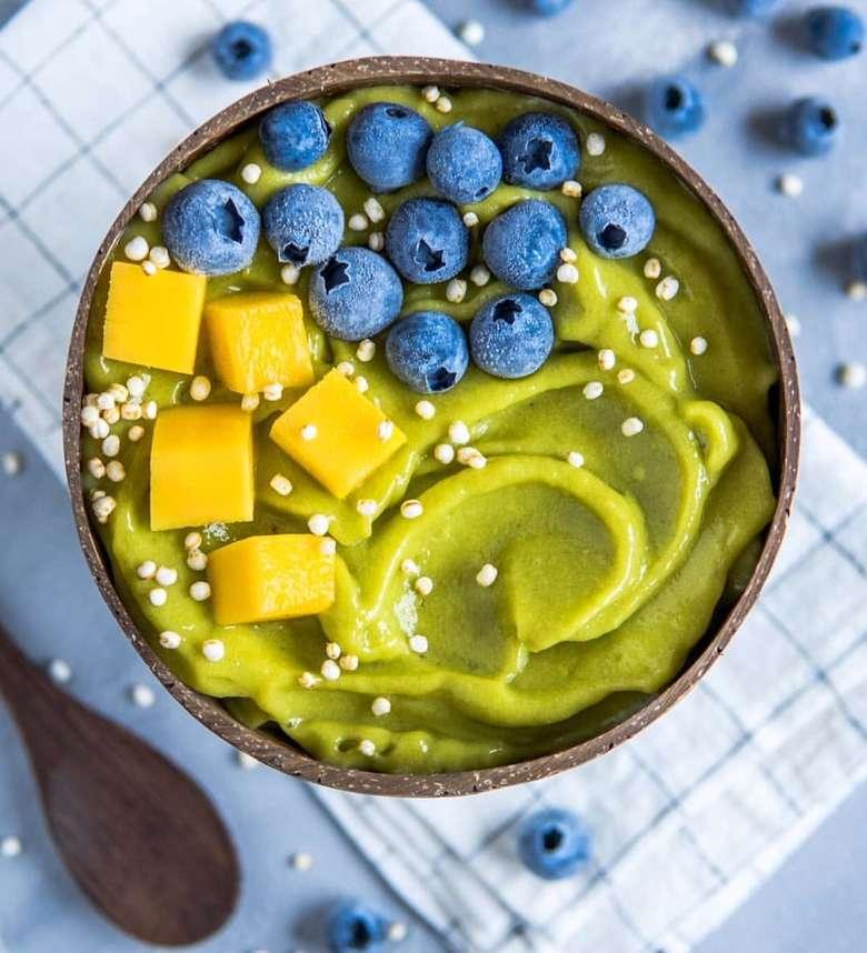 Dibuat dengan campuran matcha atau teh bubuk Jepang es krim matcha aromanya sangat harum. Dipadukan dengan mangga, blueberry dan quinoa beku jadi istimewa. Foto : Instagram @fitomatoes