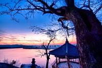 Silleuksa Temple dikarunia dengan pemandangan super romantis. Saat matahari kembali ke peraduan, langit senja berwarna ungu, pink dan jingga akan mewarnai. (iStock)