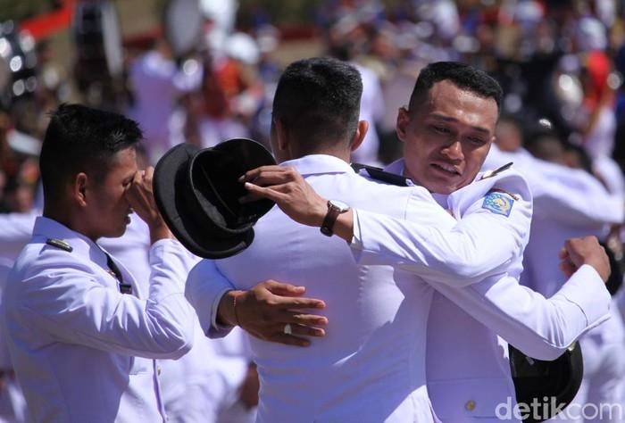 Ada 744 pamong praja muda IPDN yang dilantik oleh Wakil Presiden Jusuf Kalla (JK) hari ini. Usai dilantik, mereka pun sujud syukur untuk luapkan kebahagiannya.