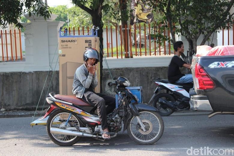 Motor bisa angkut kulkas. Foto: Ridwan Arifin