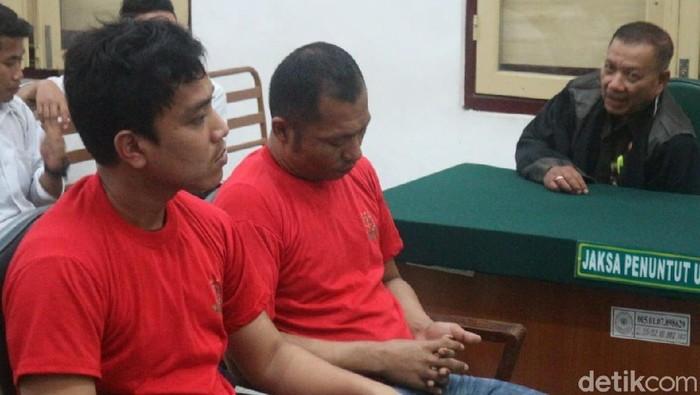 Terdakwa Brigadir Sofiyan (kanan) dan terdakwa Alawi Muhammad. (Foto: Khairul/detikcom)