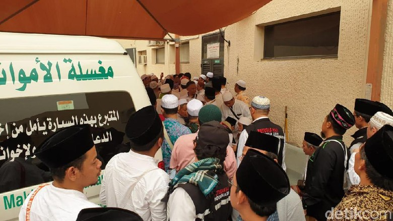 Suasana di Depan Kamar Jenazah Mbah Moen di RS An Noor Mekah