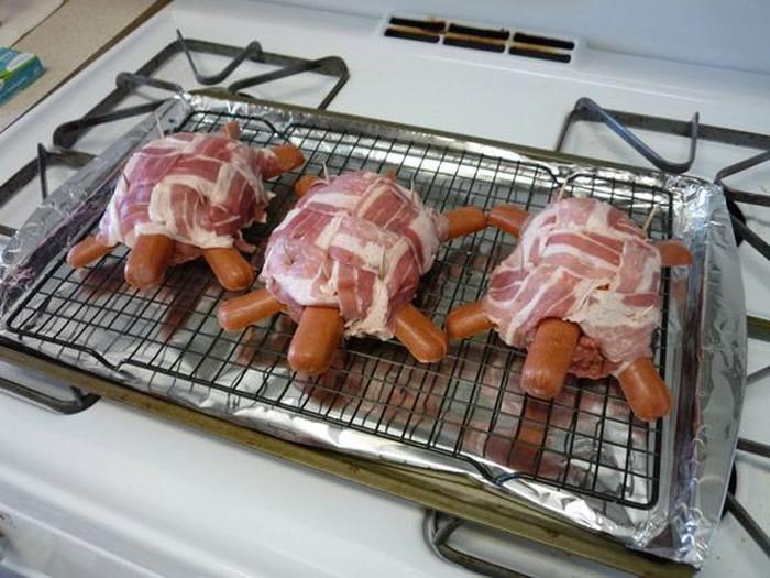 Bentuk daging ini menyerupai kura-kura. 3 sosis digunakan untuk menggambarkan kepala, tangan dan kaki. Kemudian dililit dengan daging merah yang membentuk tempurung kura-kura. Foto: Istimewa