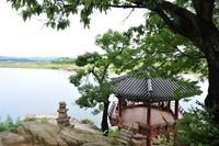 Kuil Silleuksa berada di pinggir Sungai Namhan. Ini menjadikannya sebagai satu-satunya kuil yang berdampingan dengan sungai di Korea. (Yeoju.go.kr)