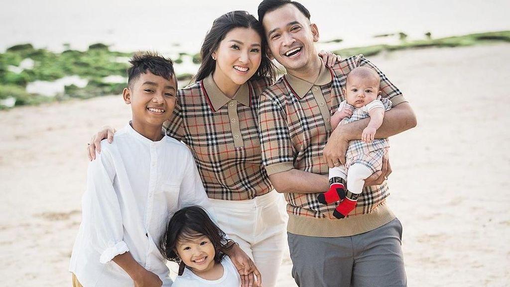 Ruben Onsu dan Sarwendah Kompak Ajari Betrand Peto Etiket Makan di Resto