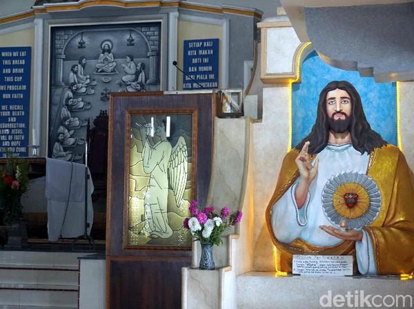 Potongan ayat Alkitab menghiasi dinding-dinding gereja, begitu pula dengan ornamen penghias lainnya. (Wahyu Setyo/detikcom)