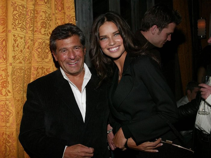 Ed Razek bersama mantan model Victorias Secret Adriana Lima. (Foto: Getty Images)