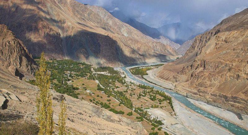 Desa Turtuk berada di Lembah Nubra dan dikelilingi Sungai Shyok. Dulunya, desa ini merupakan bagian dari Pakistan (BBC Travel)