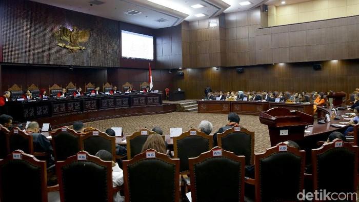 Mahkamah Konstitusi (MK) kembali membacakan putusan sengketa Pemilu Legislatif (Pileg) 2019. Sebanyak 72 putusan akan dibacakan MK hari ini.