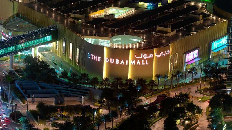 The Dubai Mall adalah mal paling besar di dunia, ada lebih dari 1.200 toko ritel, 2 department store dan ratusan gerai makanan-minuman. Ada Fashion Avenue berisi butik branded dari Chanel sampai Lanvin. Yang juga jadi favorit di sini adalah Dubai Aquarium & Underwater Zoo. (Visit Dubai)