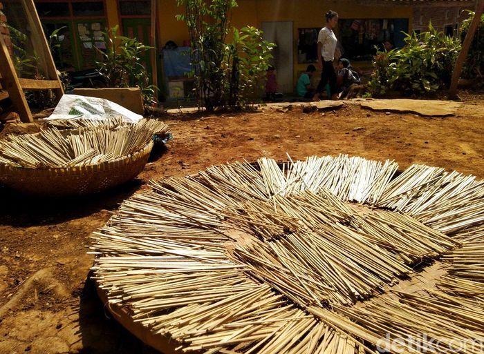 Menjelang Idul Adha, permintaan akan tusuk sate pun meningkat. Hal itu membuat sejumlah pengrajin tusuk sate tradisional di Dusun Desa, Desa Saguling, Kecamatan Baregbeg, Kabupaten Ciamis, Jawa Barat, sibuk mengerjakan orderan tusuk sate.