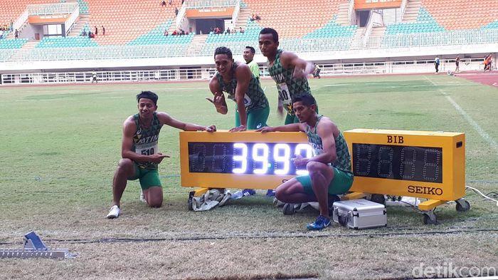 Tim estafet putra Jatim meraih medali emas Kejurnas Atletik 2019. (Mercy Raya/detikSport)