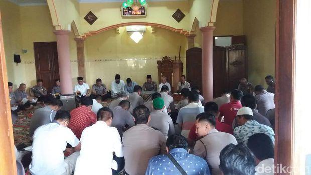 Doa beraama di Masjid An Nuraiyyah Polres Rembang.