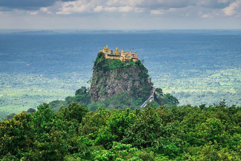 Taung Kalat adalah sebuah kuil suci di Mandalay, Myanmar. Melihat ke belakang, kuil ini ada sejak abad ke-19. (iStock)