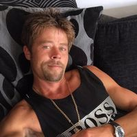 Penampilan Nathan Meads mirip banget Brad Pitt