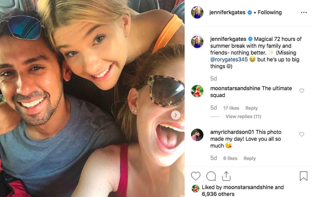 Jennifer kerap memajang fotonya bersama Nassar di Instagram, yang terbaru dengan sang adik, Phoebe. Ia senang bisa menghabiskan waktu liburan dengan orang-orang dekat meskipun sedih karena adiknya Rory tidak bisa ikut. Foto: Instagram