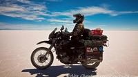Saat melakukan perjalanan di Amerika Utara dan Selatan, ia membesut Kawasaki KLR650, lalu saat melintasi Maroko ia mengendarai Honda C90. Foto: instagram Alex Chacon