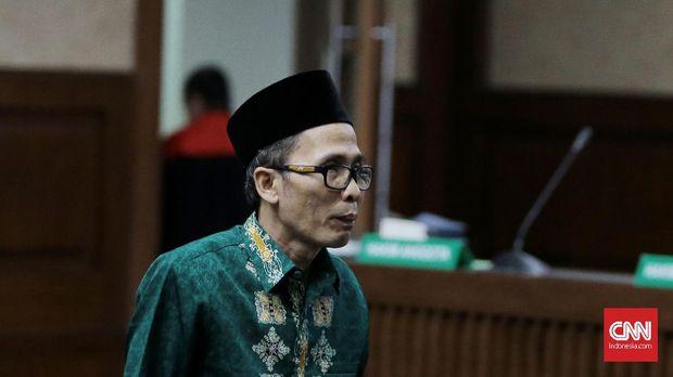 Muafaq Wirahadi, eks Kepala Kantor Kemenag Gresik, sudah divonis 1,5 tahun penjara dan denda Rp 100 juta subsider 6 bulan bui.
