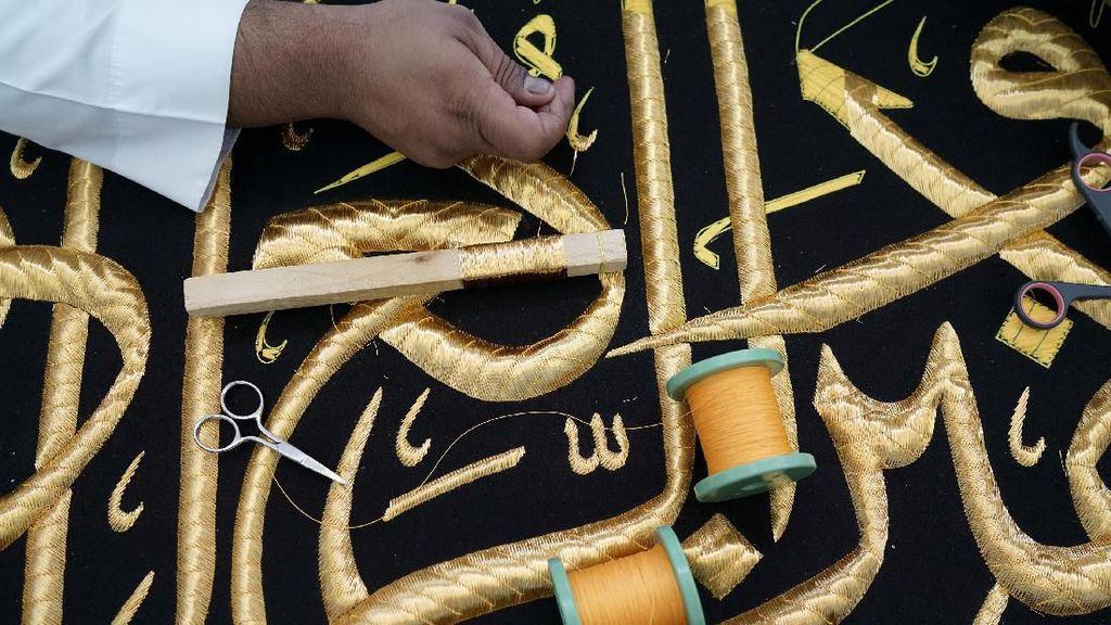 Jelang Haji, Bagian Bawah Kain Kiswah Kakbah Mulai Diangkat