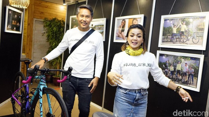 Nirina Zubir dan keluarga saat ditemui di pameran #suami_istri_ride di Pasaraya Blok M.