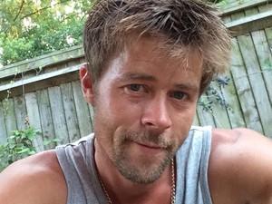 Mirip Banget Brad Pitt, Tukang Bangunan Ini Ngaku Susah Keluar Rumah