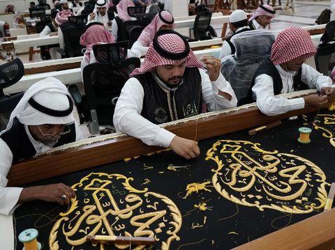 Kiswah merupakan kain yang menutupi Kakbah di Mekah. Kain penutup Kakbah itu pun diganti setiap tahunnya. Yuk, lihat proses pembuatan kiswah.