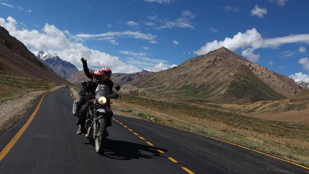 Tantangan Terberat Motoran di Jalan Tertinggi Dunia Menurut Darius dan Donna