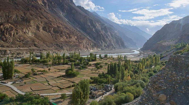 Desa Turtuk berada di daratan tinggi Ladakh, Negara Bagian Jammu dan Kashmir, India. Satu-satunya jalan keluar-masuk ke sana adalah melalui Kota Leh. Jaraknya 250 km, meliak-liuk di pegunungan dan medan yang berat (BBC Travel)