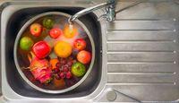 Ini Sebabnya Buah dan Sayur Harus Dicuci Sebelum Dimakan