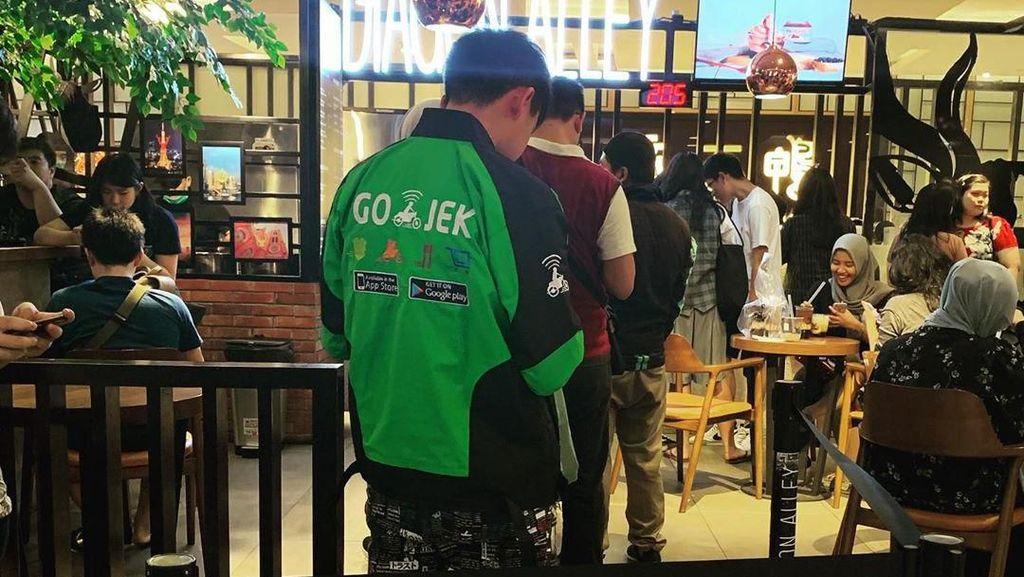 Viral Foto Driver Ojol Pakai Sneakers Rp 43 Juta, Bikin Netizen Takjub