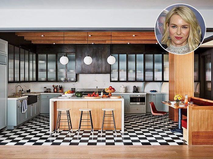 Aktris cantik Naomi Watts dan suaminya Liev Schreiber punya rumah nyaman di New York City. Untuk urusan dapur, Naomi mengusung konsep retro dengan lantai kotak hitam putih. Foto: Istimewa
