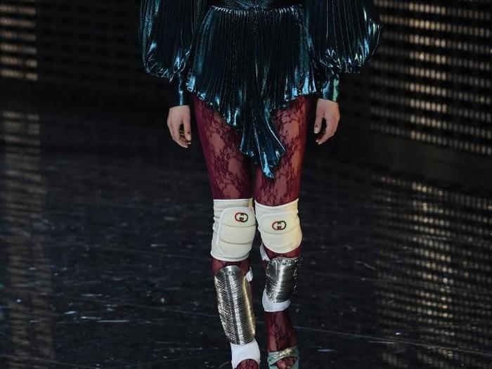 Koleksi Fall 2019 Gucci yang menampilkan bantalan lutut sebagai aksesori andalan. (Foto: Tullio M. Puglia/Getty Images)