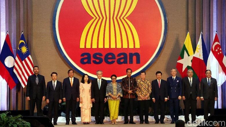 Presiden Jokowi meresmikan gedung Sekretariat ASEAN yang terletak di kawasan Kebayoran Baru, Jakarta. Jokowi menyerahkan kunci gedung kepada Sekjen ASEAN.