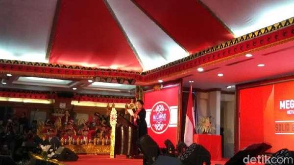 Megawati Menangis Mengenang Mbah Moen