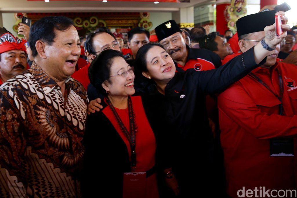 Momen hangat tercipta saat Kongres V PDIP di Denpasar. Prabowo, Mega dan Puan tampak asyik swafoto bersama. Penasaran?