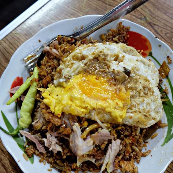 Selain memakai terasi, nasi goreng Jawa juga memakai kecap manis. Suwiran ayam dna telor goreng bikin nasi ini makin istimew. Foto : Instagram @amazingindonesianfood