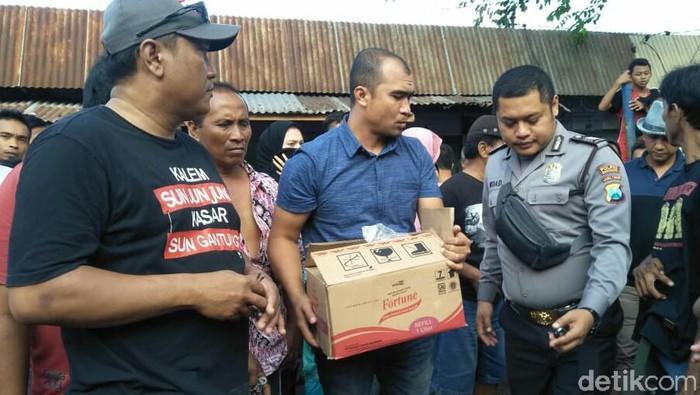 Polisi mengevakuasi bayi yang ditemukan (Foto: Ardian Fanani)