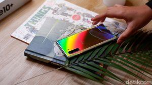 Menggenggam Samsung Galaxy Note 10 yang Berkilau