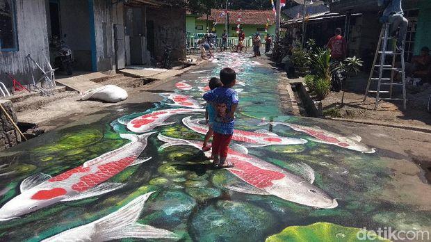 Lukisan ikan koi di sepanjang jalan kampung di Kabpaten Magelang.