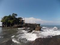 Pulau Karang menjadi tumpuan utama dua bangunan Pura yang jadi ikon Bali yakni Pura Luhur dan Pura Bolong. Saat air laut surut, kalian bisa melihat dua pura ini. Namun jika air sedang pasang, maka jalanan akan tertutup dan hanya bisa dilihat dari dasar laut saja. Isimewa/Siti Nurjanah/dTraveler